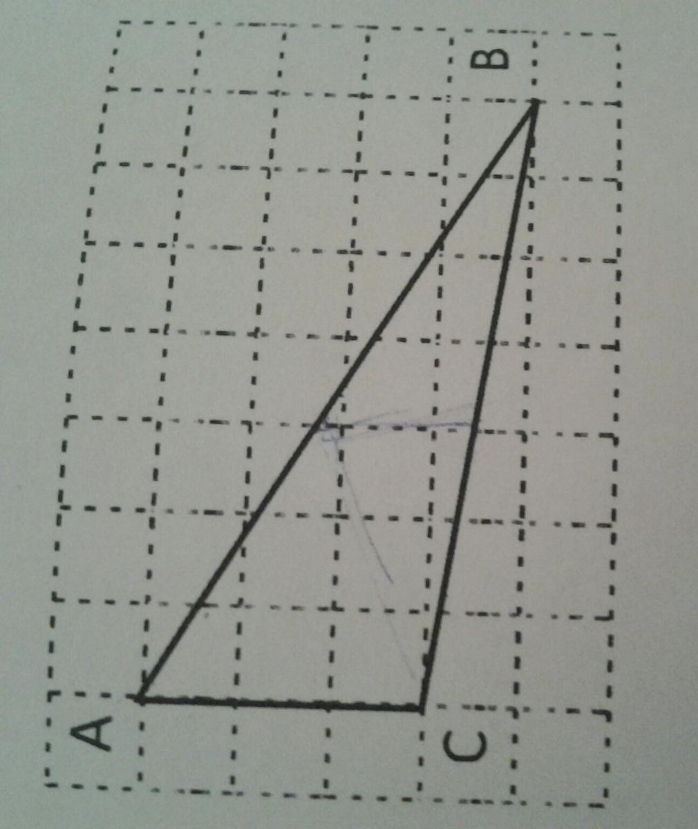 Помогите, даю 38 баллов))  На рисунке клетка имеет размер 1 см х 1 см. Найдите длину отрезка, соединяющего середины сторон АВ и ВС треугольника АВС. Ответ дайте в саниметрах. Пожалуйста с обьяснением :))